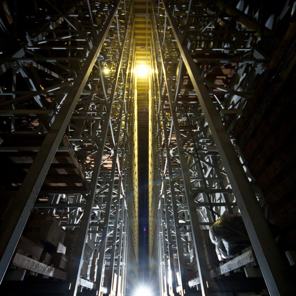 光が射している自動倉庫内の様子