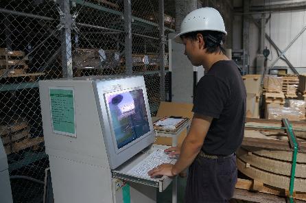 刷新された制御装置・管理システムを使用する様子