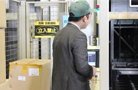 自動倉庫の状態を確認中の営業担当 安部